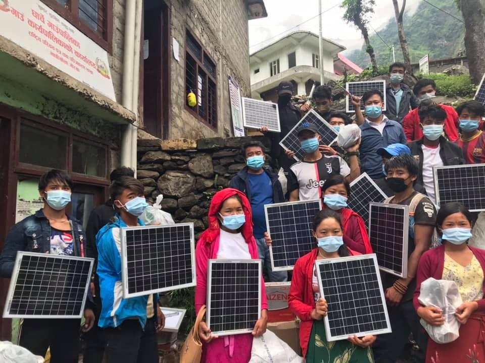 धार्चे गाउँपालिकाद्वारा बिजुली नपुगेको घरमा सोलार र चुल्हो बितरण