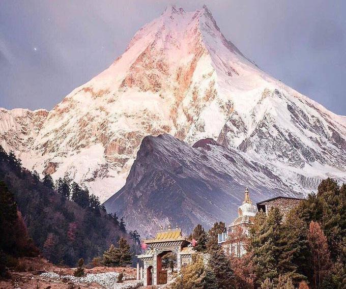 गोरखाको ल्हो गाउँबाट देखिएको मनास्लु।