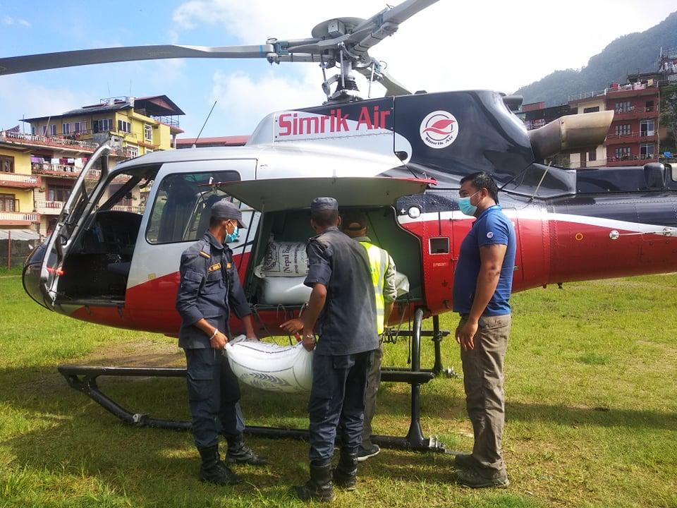 उत्तरी गोरखाको सल्लेरीका बाढी प्रभावितलाई हेलिकप्टरबाट राहत ढुवानी