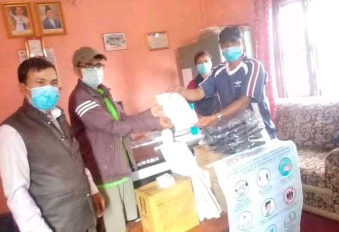 छापथोक काठमाडौ सम्पर्क समाजद्वारा ताप्ले स्वास्थ्य चौकीलाई स्वास्थ्य सामाग्री प्रदान