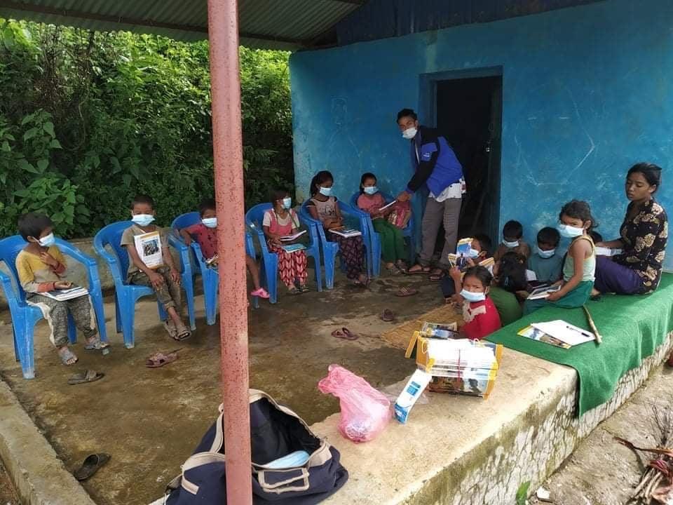 नेविसंघका स्वयंसेवकद्वारा सिम्जुङका बालबालिकालाई पठनपाठन