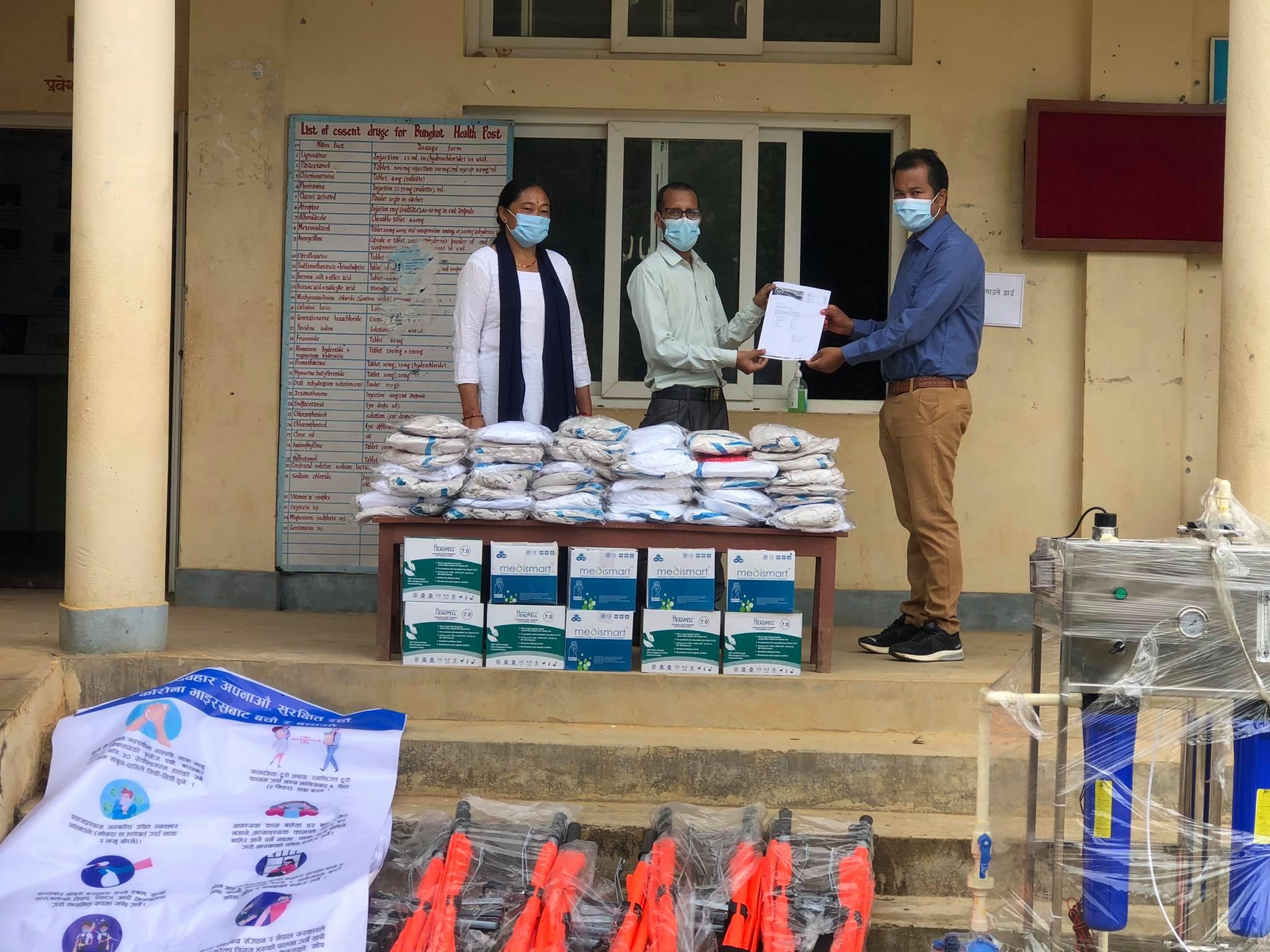 'वाईन टु वाटर नेपाल'द्वारा बुङ्कोट स्वास्थ्यचौकीलाई स्वास्थ्य सामग्री