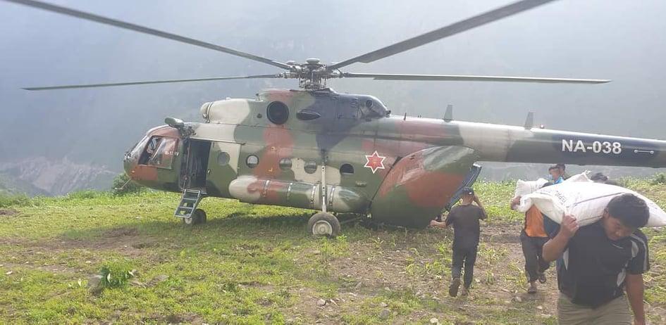 सिर्दिबासमा आर्मीको हेलिकप्टरबाट ८५ क्विन्टल चामल ढुवानी